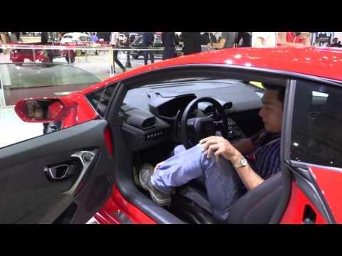 Hướng dẫn cách ngồi vào xe Lamborghini Huracan, hãy xem clip này một lần trong đời