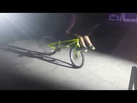 Foot jam whip on bike (видео)