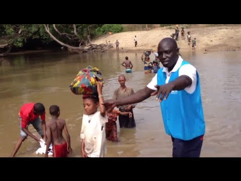 Cameroon: Refugees from Central African Republic cross river into Cameroon