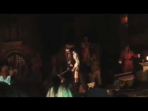 Johnny Depp surprises guest on ride in Disneyland! (видео)