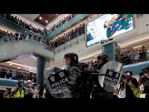 Συγκρούσεις αστυνομίας – διαδηλωτών σε εμπορικό κέντρο…