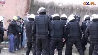 Uwolnić Łysego! Zadyma z policjantami przed zakładem w Cieszynie