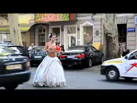 Видео голая на улицу признать