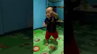Anak kecil joget. Bayi lucu ( raven w. R