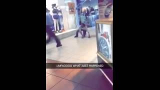 Kobieta zatrzymuje złodzieja w centrum handlowym…
