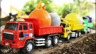 Video Dump Trucks And Water Balloon | Find the water balloon in the pile of sand. MP3, 3GP, MP4, WEBM, AVI, FLV Juli 2018
