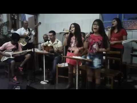Nosso grupo cantando na missa em Marinópolis