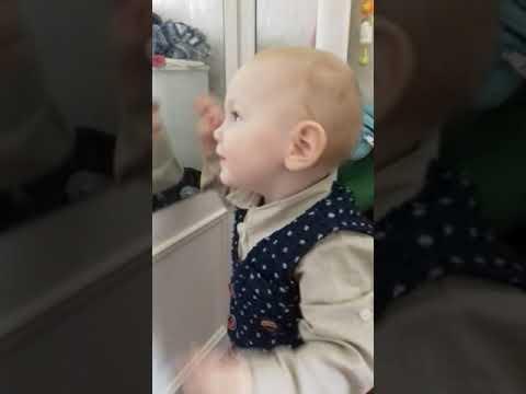 Кірюша дивиться в дзеркало і грає на піаніно