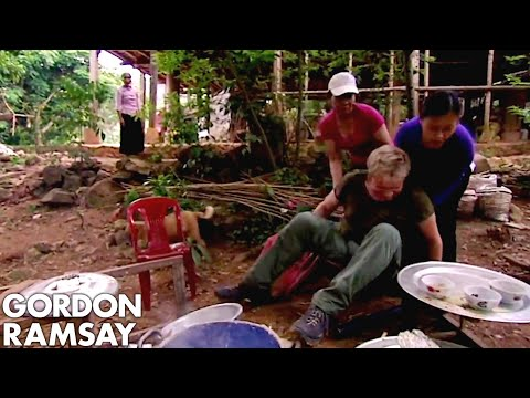 Gordon Ramsay Falls Off A Chair While Making Rice Cakes In Vietnam | Gordon's Great Escape - Thời lượng: 6 phút, 28 giây.