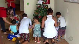 Crianças que moram em abrigo de Bauru ganham presentes de Natal