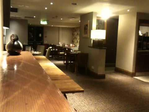 gestore d'hotel sbeffeggiato da uno spirito mentre prepara la sala mensa