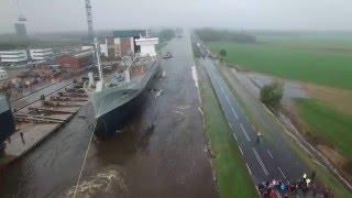 Masywny statek zsunął się z pochylni do rzeki. Obserwuj uważnie drogę naprzeciwko niego.