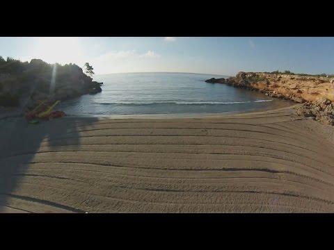 forn - Plage de Cala Forn en Catalogne, Espagne, filmée depuis un drone Cala Forn Beach, in Catalonia, Spain, filmed by drone.