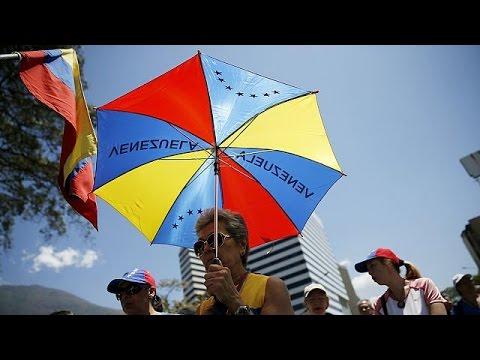 Βενεζουέλα: Μαζικές συγκεντρώσεις κατά και υπέρ του προέδρου Μαδούρο