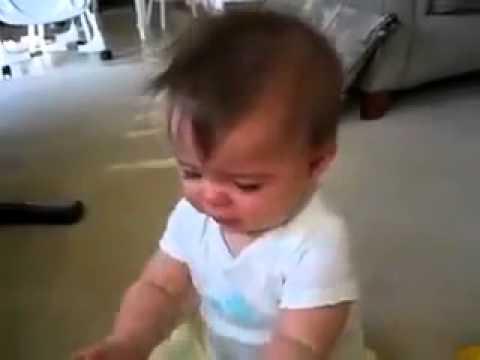 طفل غريب يضحك مع الموسيقى