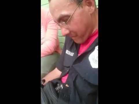 Guardia de seguridad se desmaya de hambre frente a un supermercado en la capital de Paraguay