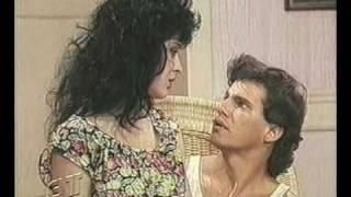 """Cena do cap 09 da novela """"Sassaricando"""" Exibida em 15/11/1987 Tancinha (Cláudia Raia), abrasada, pede ao irmão Guel..."""