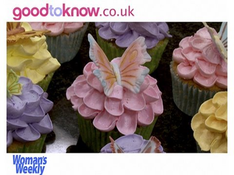 How to Pipe Flowers On Cupcakes