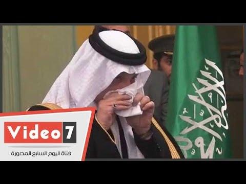 بكاء السفير السعودى في مصر خلال تقبل واجب عزاء الملك عبد الله بالسفارة