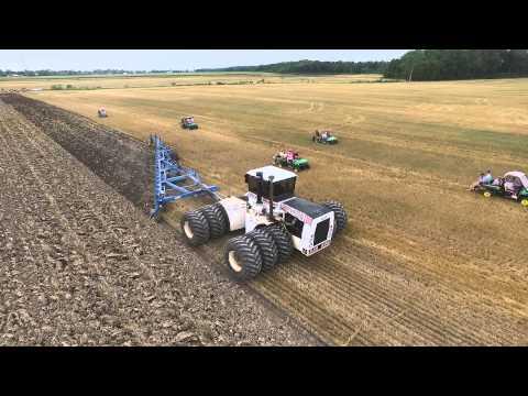 Így szánt a világ legnagyobb traktora