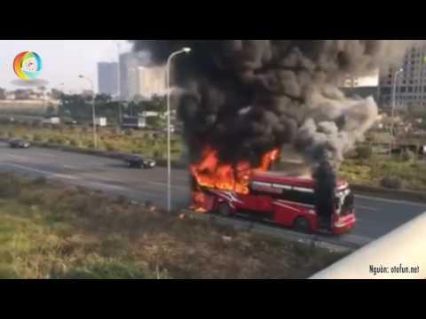 Xe khách bốc cháy dữ dội trên đại lộ Thăng Long