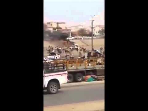 فيديو مغامرة رجل أمن لإنقاذ شاب من سيارته المشتعلة