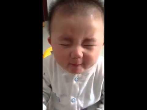 Chết cười với vẻ mặt em bé khi ăn chanh