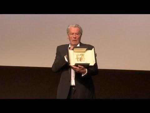 En larmes, l'acteur français Alain Delon honoré à Cannes
