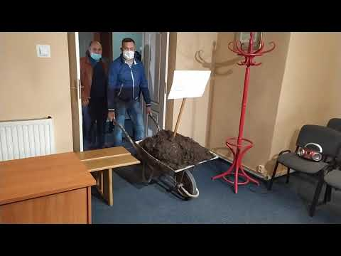 Taczka gnojówki w piotrkowskim biurze PiS
