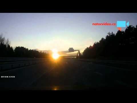 Nebezpečný zimní oslňující západ slunce na D1.