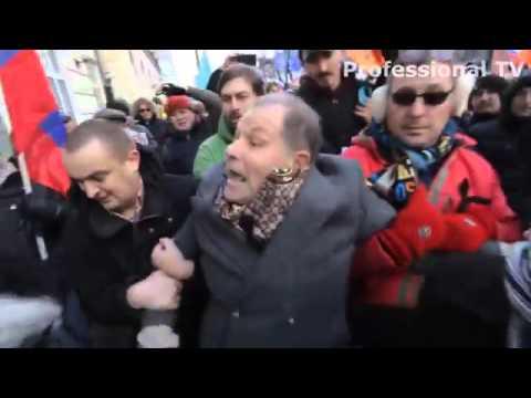 В Москве бандеровцы бьют старика