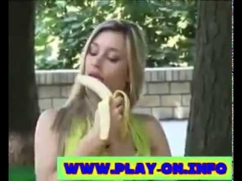 穿著火辣性感的美女充滿性暗示的香蕉吃法,你把持的住嗎?