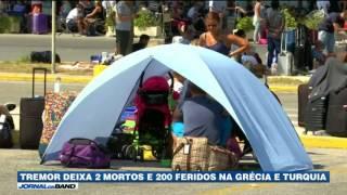 Duas pessoas morreram e cerca de 200 ficaram feridas num terremoto que atingiu a costa da Grécia e da Turquia.