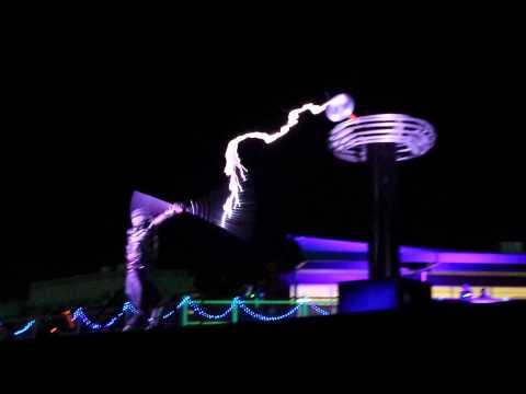 Tesla Coil Electricity Dance @ EDC Las Vegas 2015 (видео)
