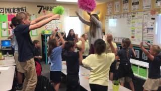 Učitelka ráno motivuje děti společným rituálem
