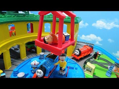 機関車トーマスと流線形ゴードンが機関庫から出発するよぉ~♪ド …