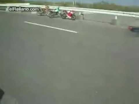 Salta sobre una motocicleta en movimiento