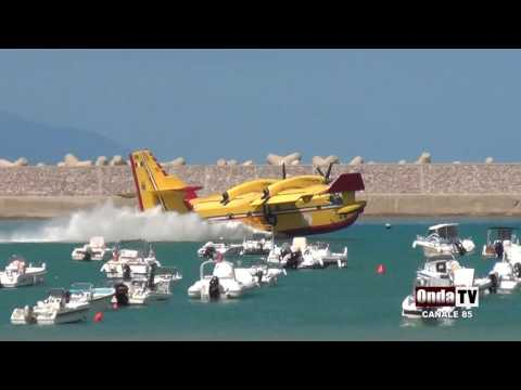 sant'agata militello, canadair in azione all'interno del porto