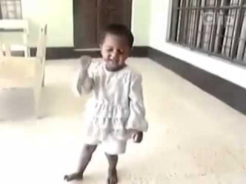 Em bé hát quá chói, không thể nhịn được cười