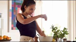 長谷川潤はショートパンツで出勤、踊るようにサラダを作る/日清オイリオCM『前へ進むワタシ』篇『アクティブな毎日』篇