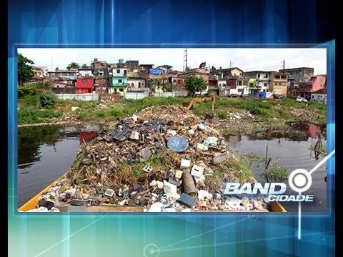 Lixo em igarapés com cheia do rio preocupa saúde pública em Manaus