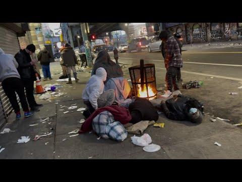 شاهد مشردون ومدمنون للمخدرات يعيشون وسط شارع عام في ولاية فيلادلفيا