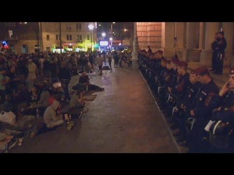 Βουδαπέστη: Δεύτερο βράδυ έξω από τον σιδηροδρομικό σταθμό χιλιάδες πρόσφυγες