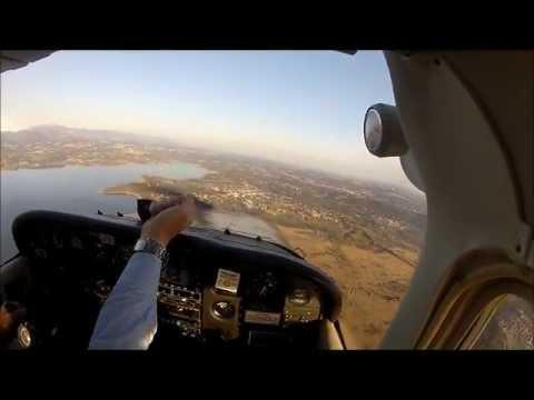 Giovane pilota in volo sul Lago di Varese