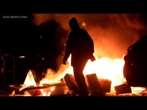Berlin: Rigaer Straße mit brennenden Mülltonnen & Ste ...