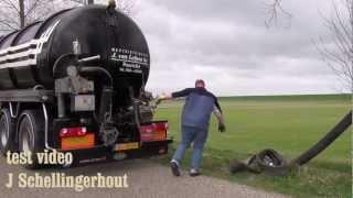 Joop van Leijsen is hier bezig met bemesting in Stavenisse test video van J Schellingerhout