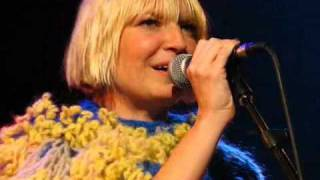 """SIA PERFORMS """"CLAP YOUR HANDS"""" (ACOUSTIC) LIVE AT MTV CANADA"""