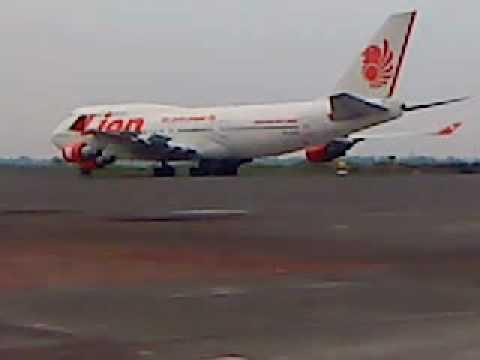 PERTAMA! Pesawat boeing 747 - 400 milik Lion Air Landing di Surabaya