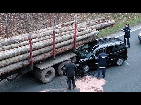 Auto kracht bei Arolsen unter Langholz-Lkw