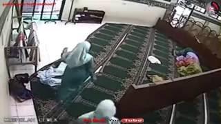 Astaqfirullah ingatkan laki ja yg dok curi kaum hawa pun sama dengan juga... dunia2..dalam masjid pon ada hati nk mncuri..nasib baik pengawal cepat bertindak...